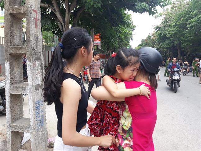 Chay truong mam non, nguoi dan pha cong lao vao so tan hang tram tre dang ngu trua