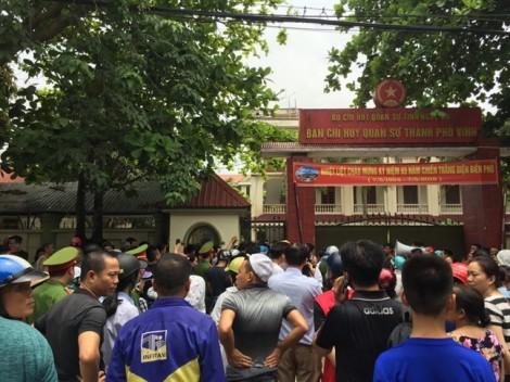 Cháy trường mầm non, người dân phá cổng lao vào sơ tán hàng trăm trẻ đang ngủ trưa
