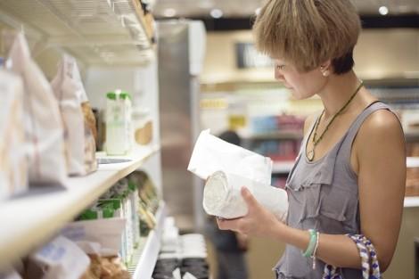 """Học thói quen """"soi"""" kỹ bao bì thực phẩm của người Nhật"""