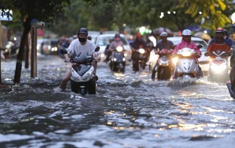 Mưa 30 phút, khu phố nhà giàu ở Sài Gòn chìm trong nước