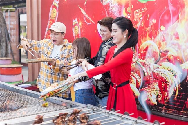 Hang trieu ban tre hao huc cho doi le hoi Pho hang nong