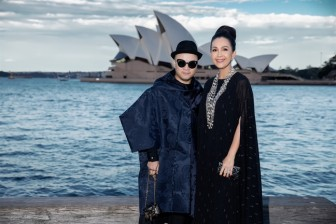 Dàn người đẹp Việt 'nhuộm đen' đường đi bộ gần nhà hát Con Sò của Úc