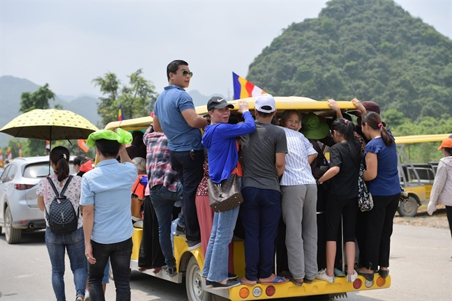 Giao thong chat kin dong nguoi do ve chua Tam Chuc tham du Dai le Phat dan - Vesak 2019