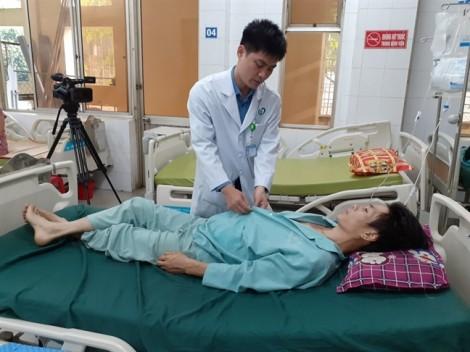 Cứu sống bệnh nhân bị đâm lòi ruột, mất 4 lít máu