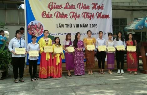 Tặng áo dài cho sinh viên và du học sinh là người dân tộc nước ngoài