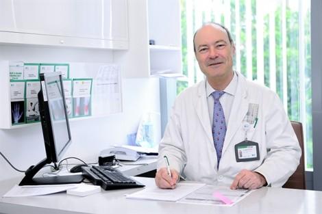Bác sĩ Stephane Guero phẫu thuật từ thiện cho trẻ em dị tật bàn tay tại Bệnh viện FV