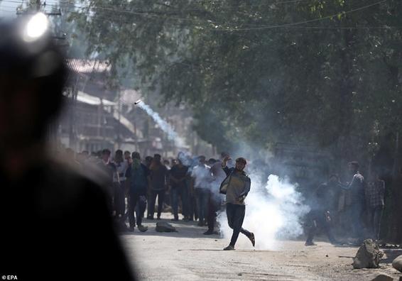 An Do: Nguoi dan Kashmir bieu tinh doi cong ly cho be gai 3 tuoi bi xam hai