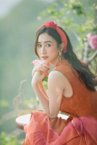 Gợi ý về phối trang phục du lịch hè vừa trẻ vừa tươi của Á hậu Hà Thu