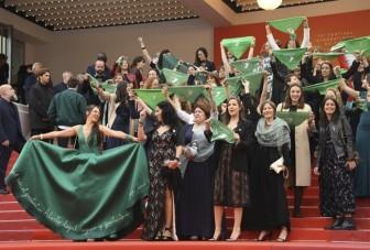 Nhóm người biểu tình gây náo loạn thảm đỏ Cannes 2019