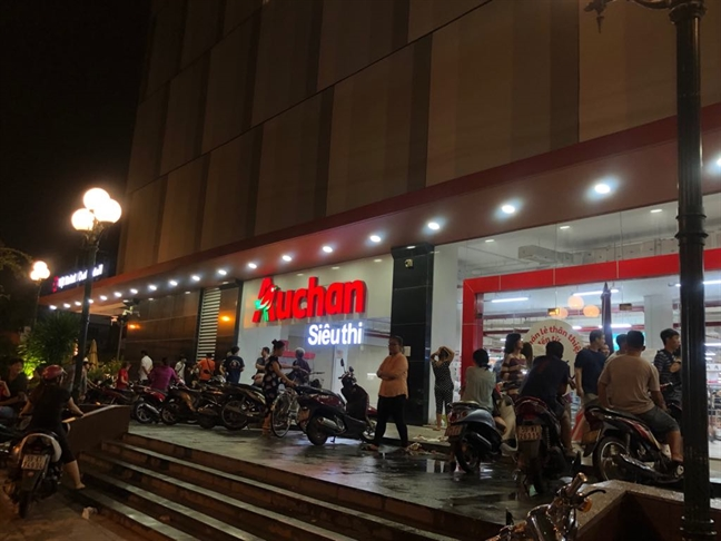 Khach nuom nuop nhung toi nay Auchan bat ngo dong cua tu 7 gio