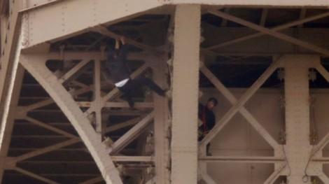 Người leo lên đỉnh Tháp Eiffel bị bắt
