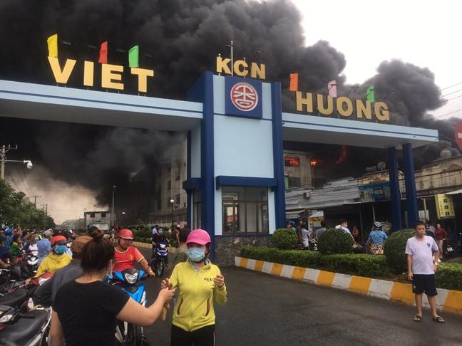 Dang chay lon trong khu cong nghiep Viet Huong, lua khoi mit mu