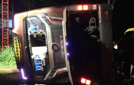 Xe khách lật trong mưa, 2 mẹ con tử vong, 17 người bị thương