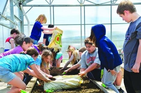 Nơi trẻ lấm lem phân bón, đất cát và học cách lớn lên