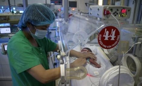 Em bé chào đời từ mẹ bị ung thư vú giai đoạn cuối, ngày ăn 8 cữ