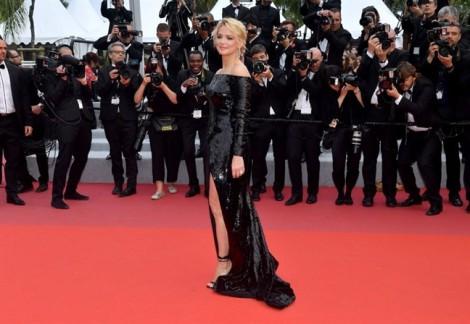 Nam tài tử Pháp cột dây giày cho bạn gái trên thảm đỏ Cannes 2019