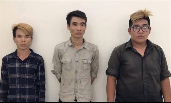 3 thanh nien danh phu nu cuop xe SH ke chan cau Ly Phuc Man