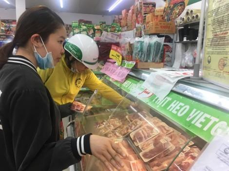 Thịt heo hết sạch ở cửa hàng, chợ ế... chỏng chơ!