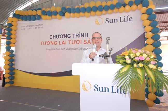 Sun Life Viet Nam trao tang xe dap, qua tang cho con em dang duoc nuoi duong tai lang Hoa Binh, Quang Nam