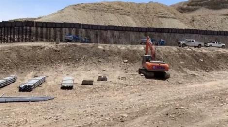 Dân Mỹ tự dựng hàng rào chặn biên giới với Mexico