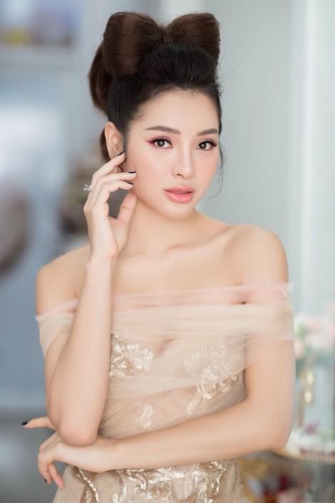 Phương Trinh Jolie lăng xê mốt búi tóc hình nơ lạ mắt