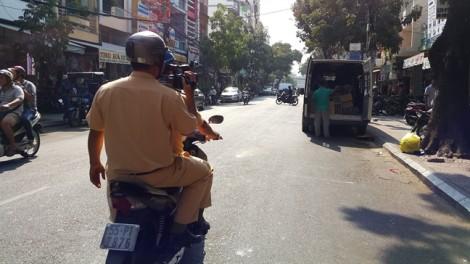 Cảnh sát giao thông vừa chạy xe, vừa ghi hình người vi phạm luật