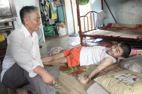 Chuyện cảm động về ông bố 'trăm con', chữa bệnh cho người nghèo