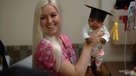 Bé gái nhỏ nhất thế giới khỏe mạnh về với gia đình