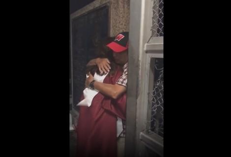 Cô gái không thể ngừng khóc khi gặp lại cha trên cây cầu biên giới sau lễ tốt nghiệp