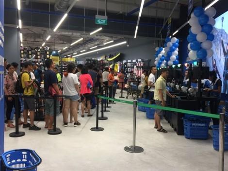 Xếp hàng trải nghiệm tập thể thao, mua sắm trong siêu thị mới từ Pháp