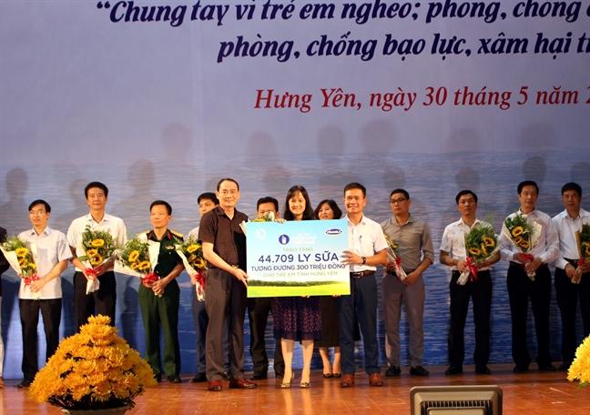 Quy sua Vuon cao Viet Nam va Vinamilk trao tang 44.709 ly sua cho tre em tinh Hung Yen