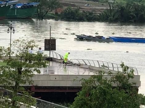 Tàu container suýt chìm vì đâm vào công viên Vinhomes Central Park trên sông Sài Gòn