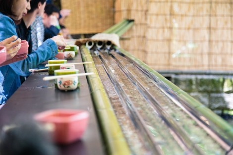 Thích thú với kiểu ăn mì vớt từ máng trượt độc đáo của người Nhật vào ngày nóng