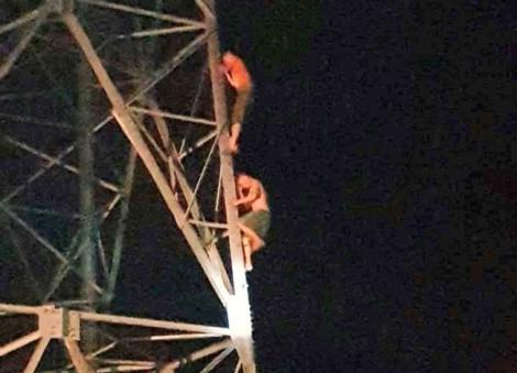 Leo lên cột điện cao thế cứu anh, cả hai anh em cùng mắc kẹt