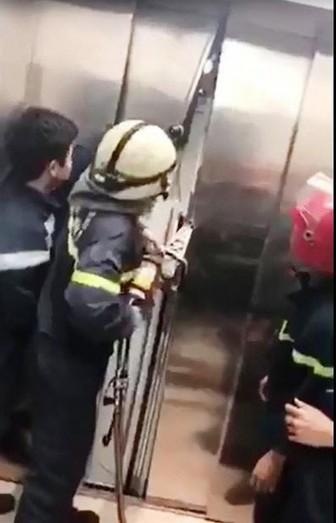 Giải cứu 21 người mắc kẹt trong thang máy tòa nhà Đức
