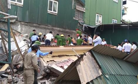 Nhà 2 tầng đang tháo dỡ đổ sập vùi lấp ít nhất 1 người