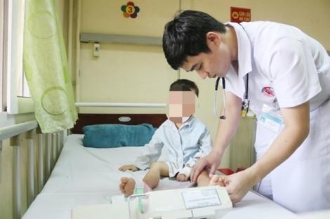 Bé trai liệt 2 chân sau giấc ngủ trưa ở trường