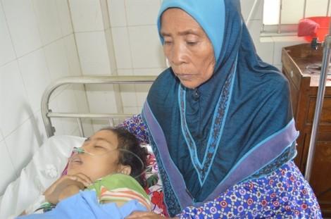 Bán ghe cứu mạng con gái, cả gia đình 8 người vào bệnh viện ở nhờ