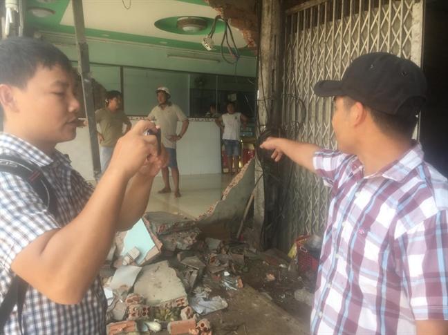 Thanh nien ban trai cay thue bi CSGT tong chet, con gai 1 tuoi ngo ngac truoc di anh cha