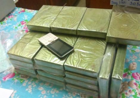 Nam thanh niên người Lào bị bắt khi đang 'cõng' 30 bánh heroin vượt biên vào Việt Nam