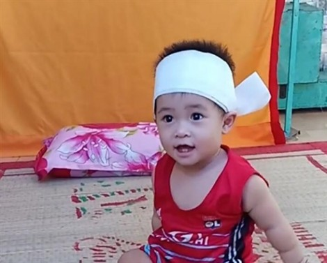 Thanh niên bán trái cây thuê bị CSGT tông chết, con gái 1 tuổi ngơ ngác trước di ảnh cha