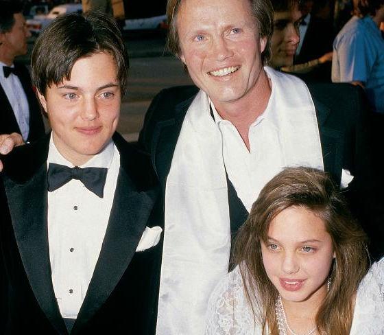 Anh trai Angelina Jolie: Song an dat gan 20 nam sau nu hon voi em gai