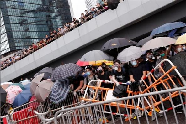Hang ngan nguoi bieu tinh gay nao loan quanh tru so chinh quyen Hong Kong