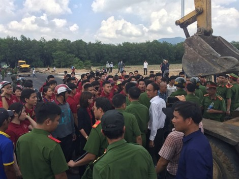 Cưỡng chế hàng loạt dự án 'ma', tạm giữ nhiều người mặc đồng phục mang dòng chữ Tập đoàn địa ốc Alibaba
