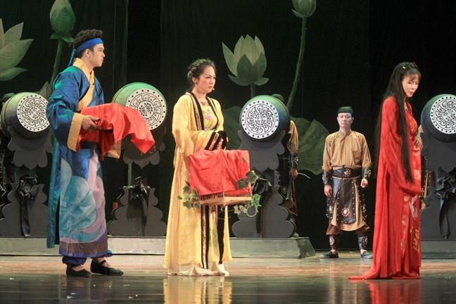 Khi Kieu  len san khau  duong dai