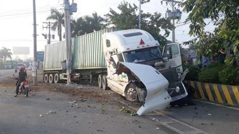 5 người chết dính trong xe 4 chỗ sau khi bị xe container biển số TP.HCM tông