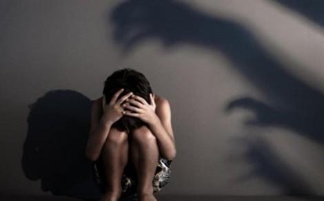 Bắt giam thiếu niên 17 tuổi nhiều lần hiếp dâm em gái ruột
