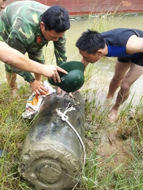 Ngư dân quăng lưới đánh cá, tóm được... quả bom dài 1,2m