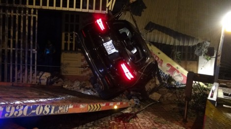 Xe sang tông liên tiếp 3 căn nhà, 1 người chết, 2 người bị thương