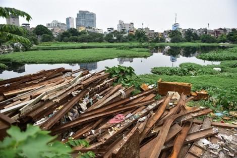 Cận cảnh những núi rác chình ình giữa trung tâm thủ đô